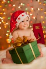 Bebis med julklapp