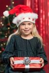En flicka med julklapp - leksaker för barn från 4-5 år på ABC Leksaker