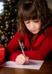 Flicka som skriver en julklappslista