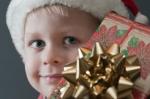 En pojke med julklapp - hitta julklappar för treåringar på ABC Leksaker