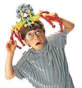 Pojke lekar med en spindel gjord av Zoob - på ABC Leksaker